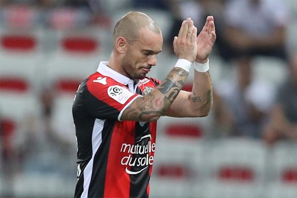Wesley Sneijder kayıplarda... Sezon başında olaylı bir şekilde Galatasaray'dan ayrılan ve Fransa'nın Nice takımına transfer olan Hollandalı yıldız başarılı günlerini adeta mumla arıyor.