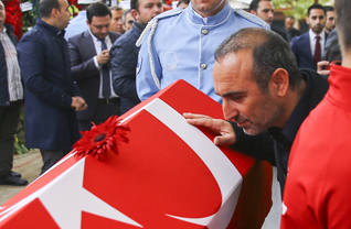 Dünya ve olimpiyat şampiyonu eski milli halterci Naim Süleymanoğlu için Fatih Camisi'nde öğle namazına müteakip cenaze töreni düzenlendi. Naim Süleymanoğlu'nun rakibi olan Yunan Valerios Leonidis de törene katıldı.