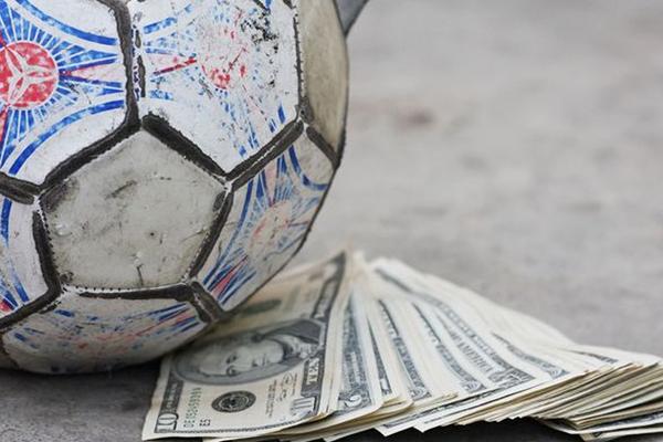 """Türk futbolunda """"4 büyükler"""" olarak anılan Beşiktaş, Galatasaray, Fenerbahçe ve Trabzonspor, son 3 sezonda transfere büyük miktarlarda para harcadı."""