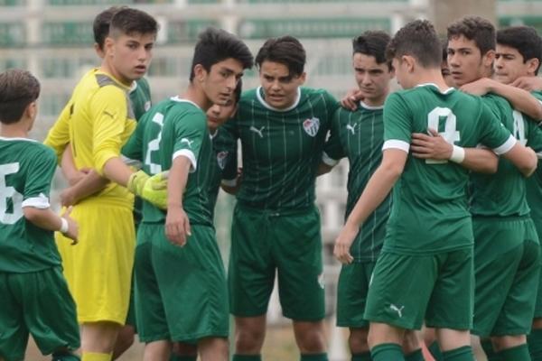 Bursaspor'un 16 yaş altı futbol takımında forma giyen Zeynullah Türkay, İngiltere ve Almanya'dan 3 kulüp tarafından yakından takibe alındı.