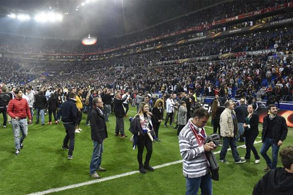 Lyon-Beşiktaş maçı öncesinde ev sahibi ekibin taraftarları sahaya indi.. iki takım taraftarları arasında yaşanan kargaşa sonrasında 2000'e yakın Lyon taraftarı bir anda sahaya girdi..