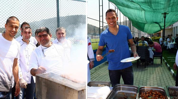 Beşiktaşlı futbolcular, antrenman sonrası tesislerde düzenlenen barbekü partisinde aileleriyle bir araya geldi.