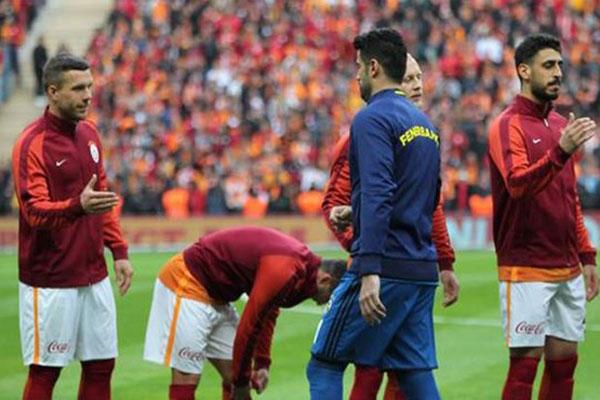 Galatasaray'ın Alman yıldızı Lukas Podolski, Fenerbahçe'nin tecrübeli kalecisi Volkan Demirel'e göndermede bulundu.