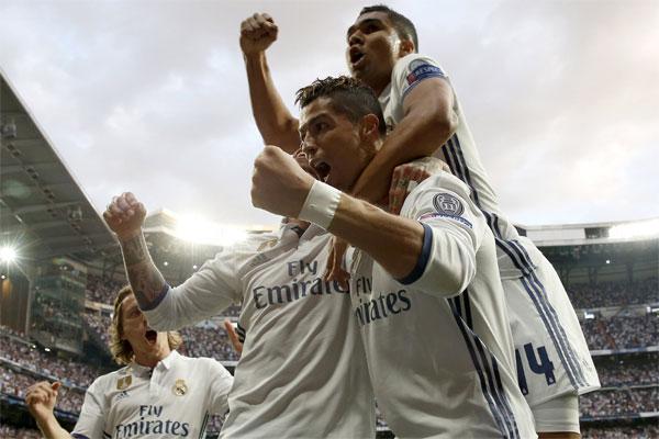İspanyol ekibi Real Madrid'in Portekizli yıldız futbolcusu Cristiano Ronaldo, sosyal medyadaki Instagram hesabında 100 milyon takipçiye ulaşan ilk sporcu oldu.