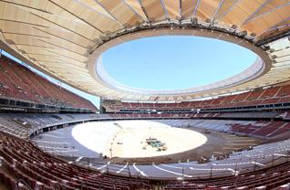 Atletico Madrid'in 68 bin kişilik yeni stadı Wanda Metropolitano'da çatı kaplamaları da tamamlandı.