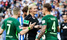 """Bundesliga'da Hertha Berlin"""" ile Werder Bremen arasında oynanan maç bir ilke sahne oldu Bibiana Steinhaus, Bundesliga'da maç yöneten ilk kadın hakem olarak tarihe geçti"""