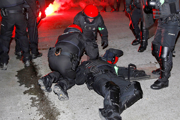 UEFA Avrupa Ligi'nde Athletic Bilbao-Spartak Moskova maçı öncesi her iki takımın taraftarları arasında çıkan kavgaya müdahale eden bir İspanyol polisi kalp krizi geçirerek yaşamını yitirdi.