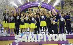 Şampiyon Fenerbahçe kupasını kaldırdı