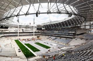 Tottenham, yeni stadının gelecek sezona yetişeceğini açıkladı. Londra ekibi, 15 Eylül'de Liverpool ile oynayacağı maçın yeni stadyumda oynanacağını duyurdu.