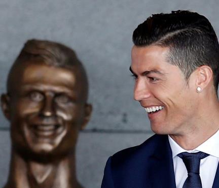 Ronaldo'nun büstü olay oldu!