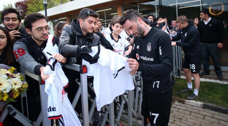 Beşiktaşlı futbolcular imza dağıttı