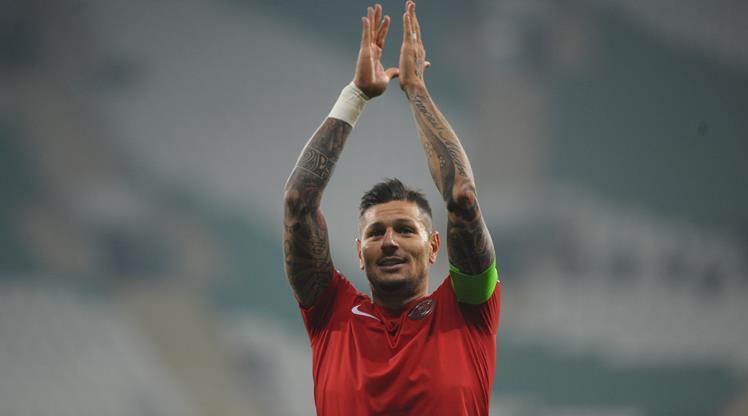 Antalyaspor kaptanıyla uzattı