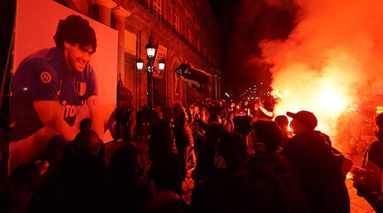 Napolililer Maradona için sokaklarda