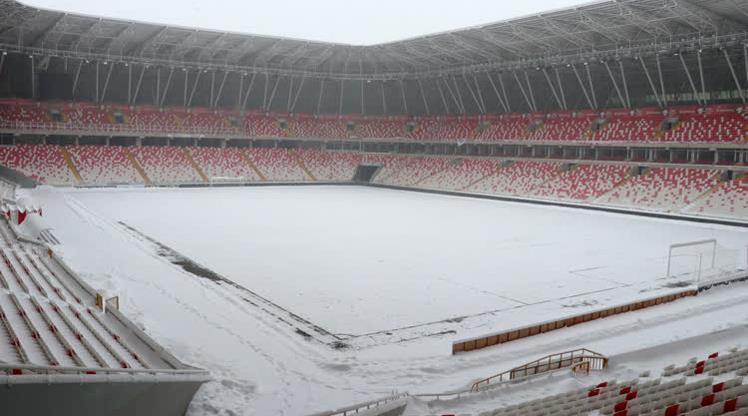 Yeni 4 Eylül Stadı'nın zemini karla kaplandı