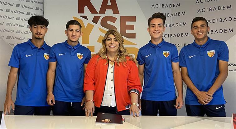 Kayserispor'dan 4 genç oyuncuya imza